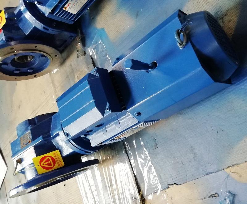 油田大型耐磨机齿轮减速电机应用案例.jpg