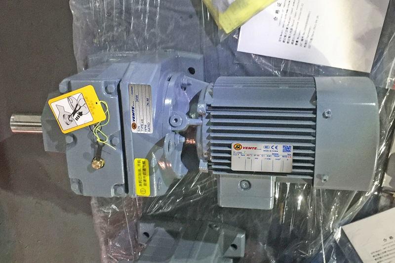 R系列减速机配23000W电机用在平地机.jpg